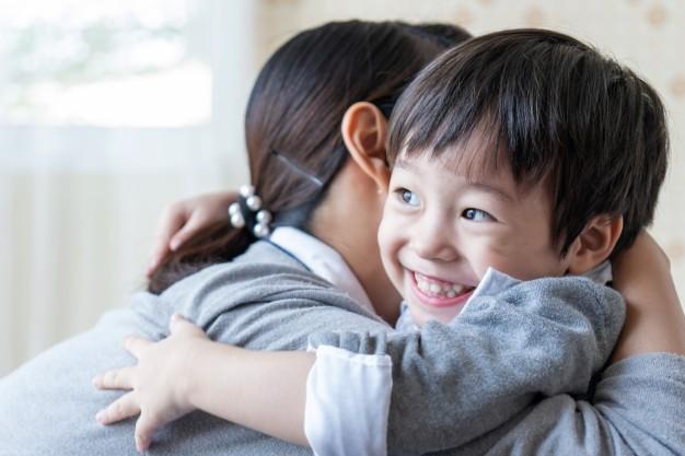5 Manfaat Luar Biasa Memberikan Pelukan pada Anak