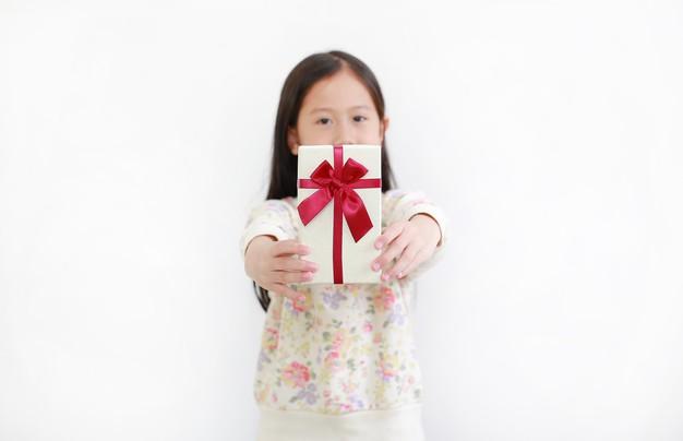 Apa yang Perlu Orang Tua Pahami tentang Memberikan Hadiah pada Anak